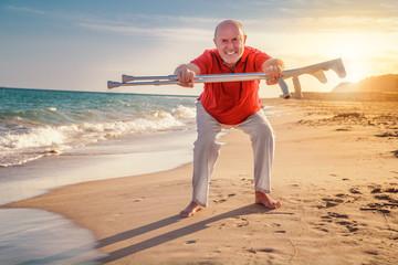 beschwerdefrei Senior macht Sport am strand