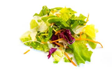 Bunter Salat Eisbergsalat Möhren kopfsalat isoliert freigestellt auf weißen Hintergrund, Freisteller