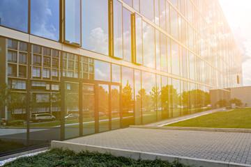 Hochhaus mit Glasfassade im Gegenlicht Sonnenschein