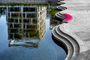 Hochhaus abstrakt als Spiegelung im Wasser