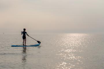 Stand Up Paddling ( SUP ) auf der Ostsee im Sonnenuntergang