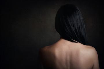 mujer joven con la espalda desnuda