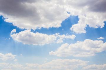 Cielo inondato dalla luce del sole nonostante sia fitto di nuvole dense. In meteorologia una nuvola, nel linguaggio scientifico chiamata più comunemente nube, è un'idrometeora.