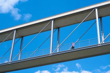 Beamter auf einer Brücke zwischen zwei Regierungsgebäuden im Regierungsviertel in Berlin