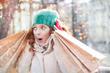 Frau beim Einkaufen Weihnachten