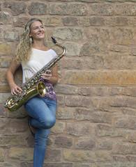 junge frau mit Saxophon.