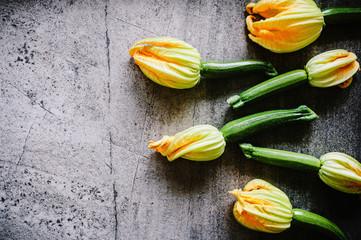 Frische Zucchini mit Blüten 2