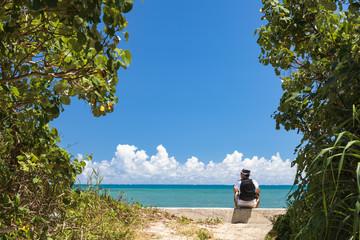 沖縄を旅する男性