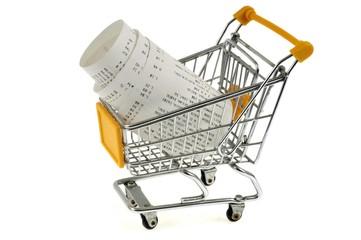 Ticket de caisse dans un chariot de supermarché