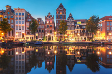 Foto op Plexiglas Amsterdam Amsterdam canal Herengracht with typical dutch houses and their reflections during morning blue hour, Holland, Netherlands.