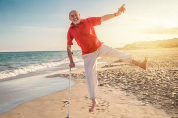 senior freut sich wieder fit zu sein