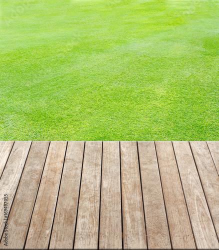 terrasse bois sur pelouse naturelle photo libre de droits sur la banque d 39 images. Black Bedroom Furniture Sets. Home Design Ideas