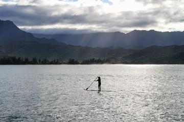 Im Norden von Kauai, Hawaii am berühmten Hanalei Pier kann man Surfer und Standup Paddler beobachten und schön den Tag ausklingen lassen