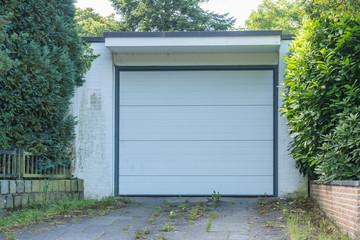 Weiße Garage mit einem weißen Tor