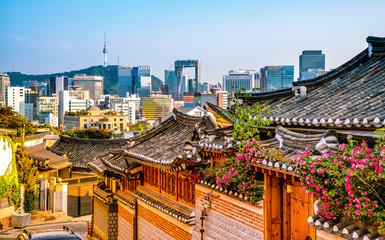 Foto op Canvas Aziatische Plekken Traditional Korean style architecture at Bukchon Hanok Village in Seoul, South Korea.