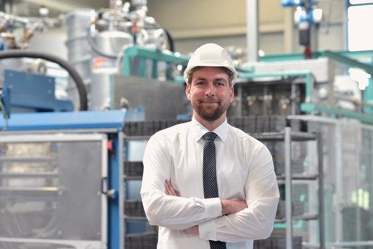 Portrait Geschäftsmann vor Ort in einer Industrieanlage