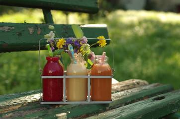 verschiedene Fruchtsmoothies - Außenaufnahme