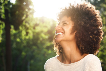 Close up portrait of beautiful confident woman laughing in nature Fototapete