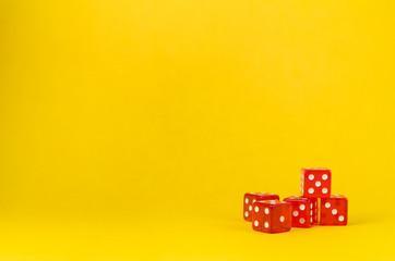 5 dados de poker em fundo amarelo