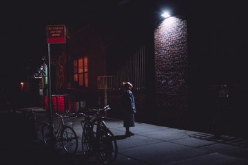 woman looking at a night light Fotomurales