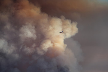 Airplane flies into the smoke of a huge wildfire