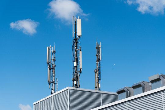Funkmasten für mobile Telefonie auf einem Hochhaus