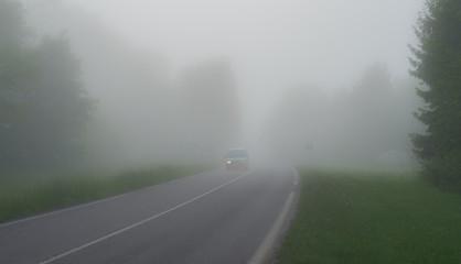 Fotomurales - Auto fährt im Nebel mit defektem Licht links - Car drives in fog with defective light left