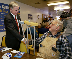 US DEMOCRATIC PRESIDENTIAL CANDIDATE DEAN GREETS ELDERLY FARMER AT CAMPAIGN STOP IN IOWA.