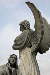 große engelsfigur aus stein