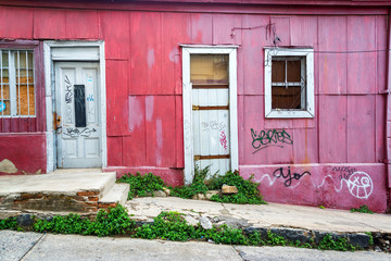 Fototapete - Pink Facade in Valparaiso, Chile