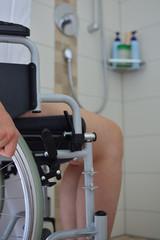 Junge Frau im Rollstuhl im Bad