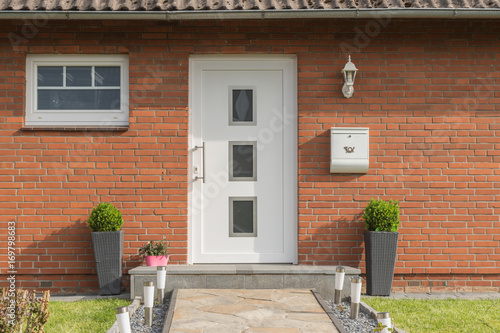 Weiße Haustüren moderne weiße haustür eines hauses stockfotos und lizenzfreie