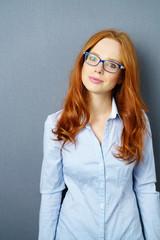 attraktive frau mit roten haaren und brille