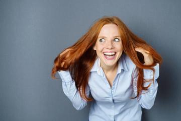 frau hat ein problem mit ihren haaren