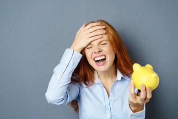 frau ärgert sich über ausgaben