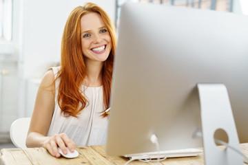 lächelnde frau arbeitet am computer