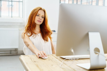 frau schaut nachdenklich auf ihren computer