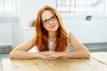 lächelnde frau mit brille zu hause