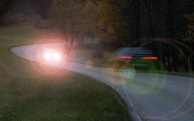 Fotomurales - Auto gefährdet durch Fernlicht oder falsch eingestellte Scheinwerfer den Gegenverkehr - Car endangers oncoming traffic due to high beam light or incorrectly adjusted headlights