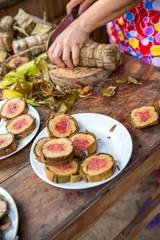 Vietnam, Cần Thơ, Cái Răng, Zum vietnamesischen Neujahrsfest (Tet Fest) werden Süßigkeiten hergestellt. Hier im Bild der sogenannte Tet Keks. Eine aus Kochbananen und Reis in Bananenblätter eingewicke