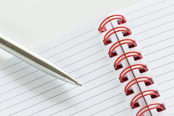 Penna a sfera su notes a righe con spirale rossa