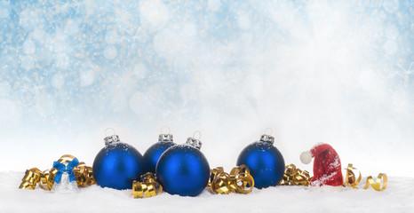 Weihnachten, Weihnachtsschmuck und Weihnachtsmütze verschneit vor Bokehhintergrund