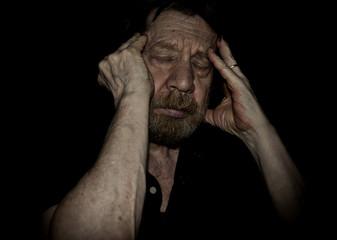 Uomo anziano, mal di testa, cefalea.