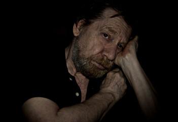 Uomo anziano, solitudine, depressione.