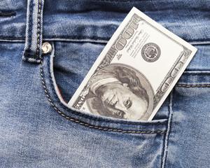 Макросъемка модных джинсов с американским 100-долларовым купюром на кармане