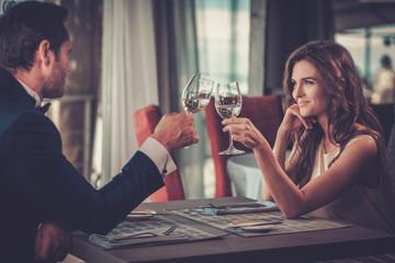 Beautiful couple in a restaurant Fototapete