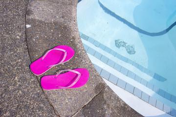 プライベートプールとピンクのビーチサンダル