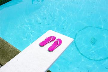 プライベートプールの飛込み台とビーチサンダル