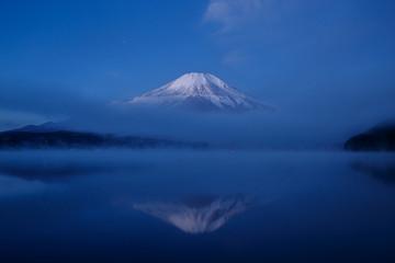 山中湖の水面に映る夜明けの富士山