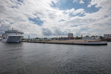 Kreuzfahrtschiff im Hafen von Warnemünde